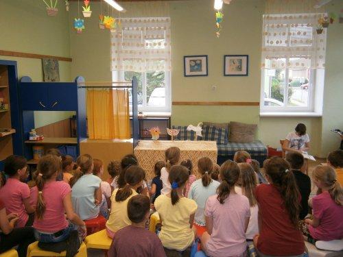 Děti čtenářského kroužku hrají loutkové divadlo dětem ve školní družině