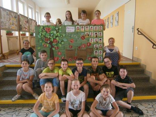 Všichni pedagogové i žáci přejí krásné prázdniny! Loučí se žáci 5.třídy.
